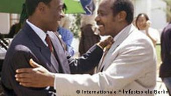 Στην Berlinale το 2004. Ο ήρωας Πολ Ρουσεμαγκίνα συναντά τον ηθοποιό που τον υποδύθηκε, τον Τομ Σιντλ