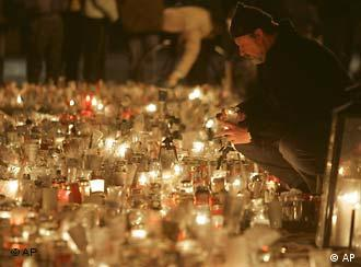 Thousands gathererd in Dresden's center to honor the dead in silence