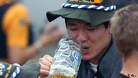 Japaner trinkt Bier