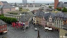 Blick auf den Marktplatz in der rheinland-pfälzischen Landeshauptstadt Mainz am 16.8.2001. Im Zentrum des Platzes steht die Heunen-Säule, eine Sandsteinsäule, die ursprünglich für den Bau des Mainzer Domes verwendet werden sollte.
