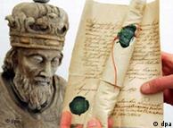Un hueso del antebrazo de Carlomagno envuelto en pergamino.