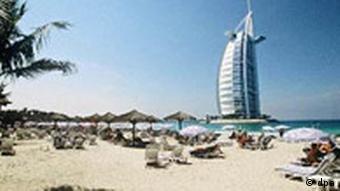 Dubai: Das Burj Al-Arab-Hotel mit Sand