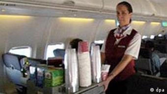 Stewardess mit Servierwagen