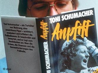 Toni Schumacher-Buch AnpfiffEin Fussball-Fan liest am 4.3.1987 in Frankfurt am Main das Buch Anpfiff des deutschen Fussballspielers und ehemaligen Torwarts der Deutschen Fußball-Nationalmannschaft Harald Toni Schumacher.