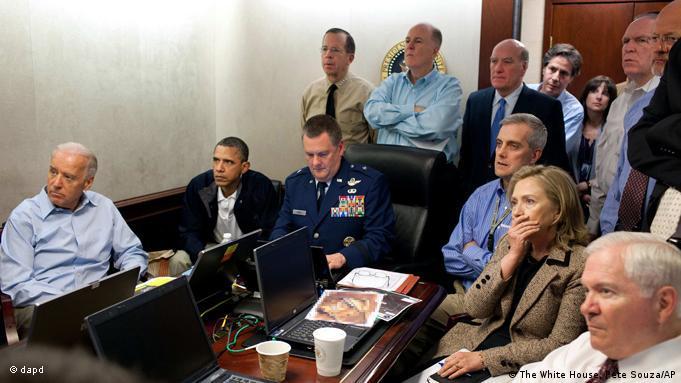 باراک اوباما، هیلاری کلینتون و سایر اعضای هیئت دولت آمریکا هنگام تماشای عملیات قتل بنلادن در کاخ سفید.