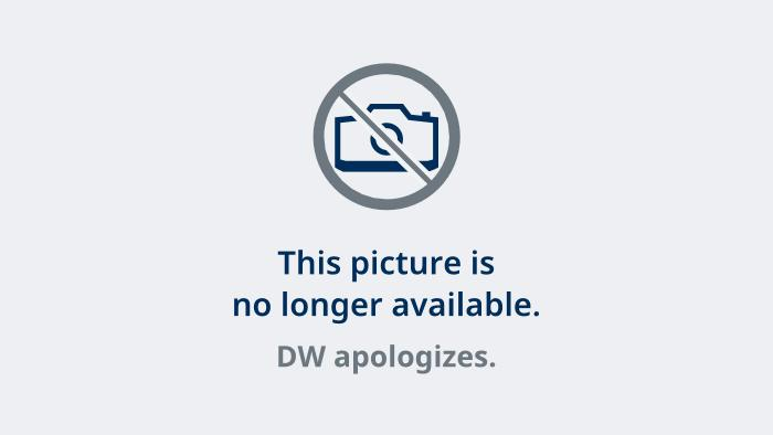 Karl Lagerfeld and a model presenting Coca Cola Light in 2011. (picture-alliance/dpa)