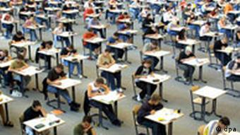 Muchos alumnos en un aula haciendo un exámen