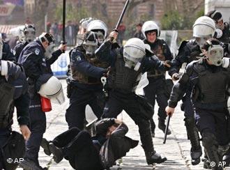 Gewalttätige Polizisten auf Demonstration. Quelle: ap