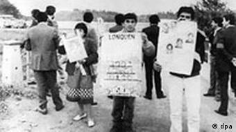Demonstration vor der Colonia Dignidad Siedlung in Chile