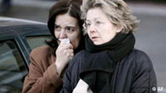 Zwei trauernde Frauen in Madrid