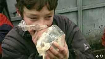 Russischer Junge schnüffelt Klebstoffdämpfe aus einer Plastiktüte Drogensucht unter Jugendlichen und Kindern
