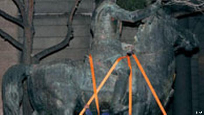 Letzter Denkmal von Franco wird entfernt (AP)