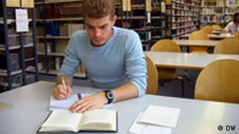 Фото: Доступ до будь-якої літератури - Максим Хлапук в захваті від університетської бібліотеки в Єні