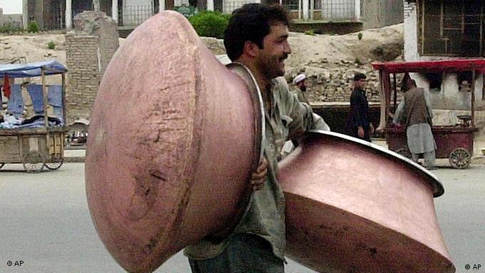 Ein Mann trägt Kupferpfannen durch Afghanistans Hauptstadt Kabul (Foto:AP)