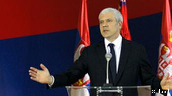 Serbia's President Boris Tadic speaks and gestures during an urgent media conference, in Belgrade, Serbia, Wednesday, July 20, 2011. Tadic confirms war crimes fugitive Goran Hadzic has been arrested. (Foto:Darko Vojinovic/AP/dapd)