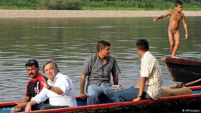 Flüchtlingskommissar Antonio Guterres sitzt mit anderen Männern in einem Paddelboot (Foto: Flüchtlingskommissar Antonio Guterres)