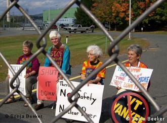 Mitglieder von Shut it down protestieren auf dem Reaktorgelände von Vermont Yankee (Foto: DW/Sonja Beeker)