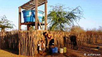 Diese Trinkwasseraufbereitungsanlage im brasilianischen Pentecoste war die Erste von Autoarcon und funktioniert seit 2003. Die Firma Autarcon wurde für ihr wartungsarmes einfaches Wasseraufbereitungssystem u.a. mit dem Intersolarpreis 2011 ausgezeichnet. Das System kann ohne Zusatzstoffe und ohne Stromanbindung Flusswasser mittels Elektrolyse entkeimen. Das elektrolytisch erzeugte Chlor schützt zudem dauerhaft vor Verkeimung. Dieses System wurden in Pakistan, Brasilien und Gamiba inzwischen aufgestellt. Copyright: Autarcon