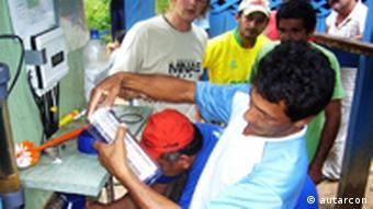 Die Firma Autarcon wurde für ihr wartungsarmes einfaches Wasseraufbereitungssystem u.a. mit dem Intersolarpreis 2011 ausgezeichnet. Das System kann ohne Zusatzstoffe und ohne Stromanbindung Flusswasser mittels Elektrolyse entkeimen. Das elektrolytisch erzeugte Chlor schützt zudem dauerhaft vor Verkeimung. Dieses System wurden in Pakistan, Brasilien und Gamiba inzwischen aufgestellt. Copyright: Autarcon