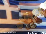 ARCHIV - ILLUSTRATION - Auf eine Griechenlandfahne fallen am 04.07.2011 in Karlsruhe Ein-Euro-Münzen. Das von Pleite bedrohte Griechenland wird vom europäischen Krisenfonds EFSF mit frischem Geld zu niedrigen Zinsen versorgt werden. Es seien rund 3,5 Prozent geplant, heißt es in dem Entwurf für die Abschlusserklärung des Brüsseler Eurogipfels vom Donnerstag (21.07.2011). Die Laufzeiten der Kredite sollen von bisher siebeneinhalb Jahren auf bis zu 15 Jahre gestreckt werden. Foto: Uli Deck dpa +++(c) dpa - Bildfunk+++