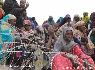 Somalische Flüchtlinge warten in einem Flüchtlingslager auf Lebensmittellieferungen (Foto: dpa/picture-alliance)