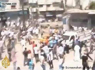 Ein Youtube-Video das zeigen soll, wie syrische Sicherheitskräfte in Homs in einen Trauermarsch schießen (Foto: Youtube, AlJazeeraEnglish)