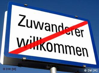 Schild mit der Aufschrift Zuwanderer willkommen, wobei der Schriftzug rot durchgestrichen ist (Fotomontage: DW)