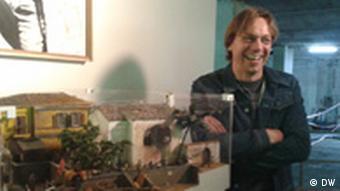 Matthias Schmeier neben seinem Diorama,das Szenen aus dem spanischen Bürgerkrieg zeigt Foto: Susanne Luerweg Aufnahmedatum: 21.7.2011 Ort: Köln