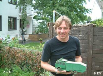 Matthias Schmeier in seinem heimischen Garten mit seinem ersten selbst gebauten Wasserwerfer Foto: Susanne Luerweg
