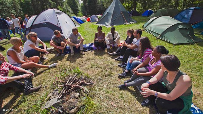 Foto do dia anterior ao massacre mostra jovens no acampamento do Partido Trabalhista
