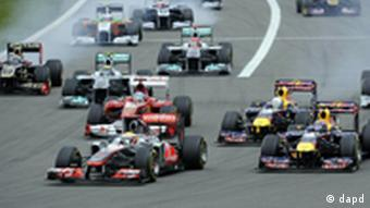 McLaren Mercedes driver Lewis Hamilton of Britain, left, leads after the start of the Formula One German Grand Prix at the Nuerburgring circuit, Nuerburg, Germany, Sunday, July 24, 2011. Red Bull driver Mark Webber of Australia and Red Bull driver Sebastian Vettel of Germany on second and third, from right. (Foto:Martin Meissner/AP/dapd)
