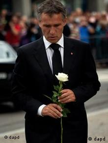 Norway's Prime Minister Jens Stoltenberg pays tribute to the victims of Friday's twin attacks before a memorial service at Oslo Cathedral, Sunday, July 24, 2011. The man blamed for attacks on Norway's government headquarters and an island retreat for young people that left at least 93 dead said he was motivated by a desire to bring about a revolution in Norwegian society, his lawyer said Sunday. (Foto:Emilio Morenatti/AP/dapd)