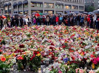 Des milliers de roses ont été déposées par une foule endeuillée devant la cathédrale d'Oslo