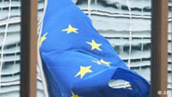EU-Gipfel 2005 EU-Flagge spiegelt sich in Glasfassade