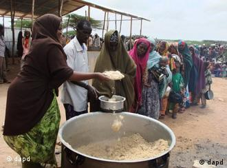 Somalis from southern Somalia receive food at a feeding center in Mogadishu, Somalia, Tuesday, July 26, 2011. The U.N. will airlift emergency rations this week to parts of drought-ravaged Somalia that militants banned it from more than two years ago _ a crisis intervention to keep hungry refugees from dying along what an official calls the roads of death. The foray into the famine zone is a desperate attempt to reach at least 175,000 of the 2.2 million Somalis whom aid workers have not yet been able to help. Tens of thousands already have trekked to neighboring Kenya and Ethiopia, hoping to get aid in refugee camps. (Foto:Farah Abdi Warsameh/AP/dapd)