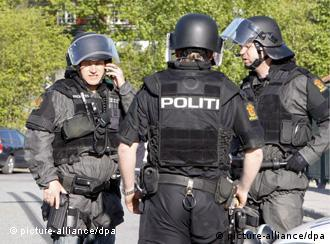 Members of the Norwegian police stand positioned in the neighbourhood where two women were found shot and killed at Nesoeya, an affluent residential island, 20 minutes drive south of Oslo, Norway, 11 May 2009. The perpetrator, a male in his early sixties, was also found dead after apparently comitting suicide. At least one of the two women found dead was a close relative. Police deployed large resources as for a long time they could not be sure if the gunman might still be at large. EPA/FALCH KNUT NORWAY OUT +++(c) dpa - Bildfunk+++