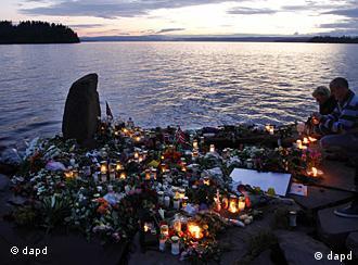 Kerzen und Blumen bei Utoya (Foto: dapd)