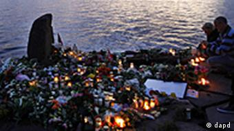 People place candles in Utvica near Sundvollen in front of the Utoya island, near Oslo, Norway, Tuesday, July 26, 2011, in memory of the eight people killed in Friday's blast in Oslo and the 68 who died in the shooting at the youth camp on Utoya. (Foto:Ferdinand Ostrop/AP/dapd)