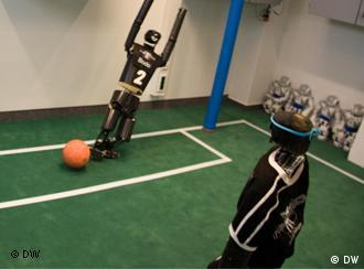 Two robots are playing soccer. (photo: dw)
