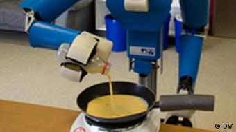A robot is pouring egg batter into a frying pan.(phpto: dw)