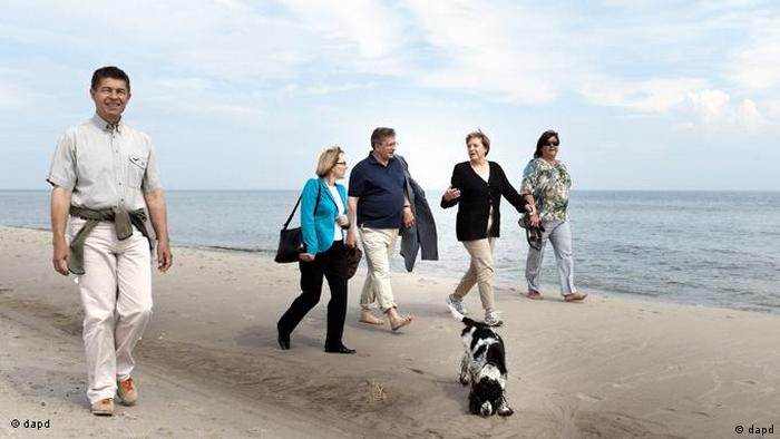 Merkel walks on the beach in Poland, Copyright: Steffen Kugler/Pool/dapd