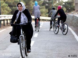 سال ۷۳، پیست دوچرخهسواری مخصوص دختران در پارک چیتگر تهران افتتاح شد