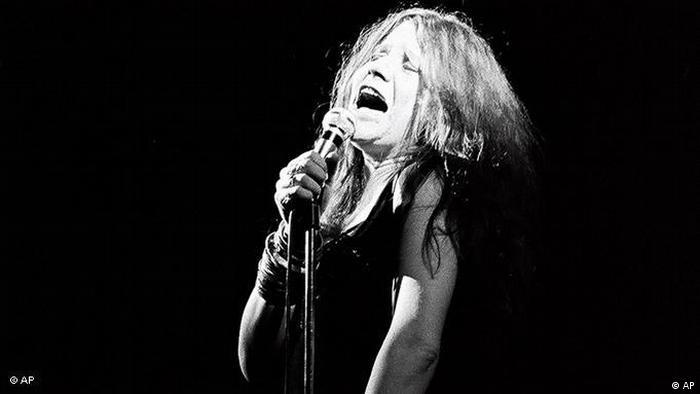 Janis singing onstage with eyes closed (Foto: ap)