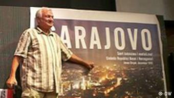 Jovan Divjak nakon povratka iz pritvora u Beču 29.7.2011.