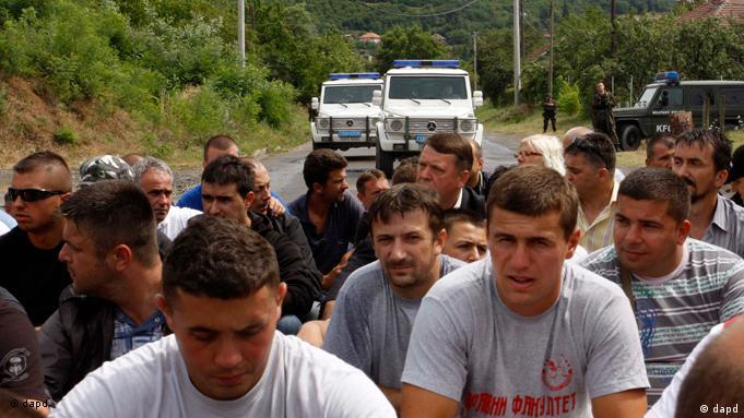 Local Serbs block the road near the village of Rudare, Kosovo, Friday, July 29, 2011. The European Union on Friday urged Serbia and Kosovo to reduce tensions after a series of incidents on their border. A top Serbian official says Serbs in Kosovo's north are blocking a convoy of NATO vehicles from reaching their base. Kosovo negotiator Borislav Stefanovic said he cannot ask the hundreds of protesters to unblock the road. The Serbs barricaded the road with trucks and mounds of earth in response to the military alliance taking over control of two crossing points on Kosovo's border with Serbia on Thursday. (Foto:Zveki/AP/dapd)
