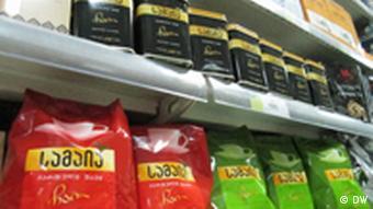 Упаковки с грузинским чаем на полке магазина