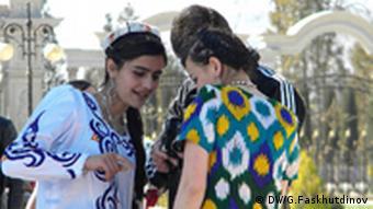 دختران تاجیک دریکی از خیابانهای شهر دوشنبه
