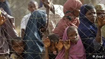 People queue outside a food distribution center as they wait to be registered as refugees in Dadaab, Kenya, Monday, Aug 1, 2011. Dadaab, a camp designed for 90,000 people now houses around 440,000 refugees. Almost all are from war-ravaged Somalia, with some having been here for more than 20 years, when the country first collapsed into anarchy. (Foto:Schalk van Zuydam/AP/dapd)