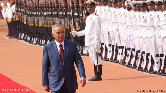 epa02739108 Uzbekistan President Islam Karimov inspects the guard of honour during a ceremonial welcome at Indian president house in New Delhi, India on 18 May 2011. President Islam Karimov is in India on a day long visit to boost the business and political ties between the two countries. EPA/HARISH TYAGI +++(c) dpa - Bildfunk+++