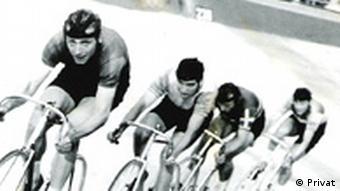 Der TSC Berlin verteidigt seinen DDR-Meistertitel im Bahnradsport im 4000m-Mannschaftsfahren 1963. Zu sehen sind: (l-r) Jürgen Kissner, Siegfried Köhler, Wolfgang Schmelzer und Bernd Barleben. Das Foto ist in schwarz-weiß. (Foto: dw)